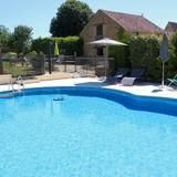 La piscine du gite, grande, clôturée et privée.