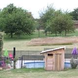 La piscine privée, clôturée et sécurisée au calme total.