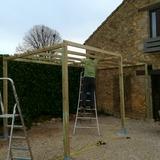 Construction d'une pergola au grand gite pour nos vacanciers.