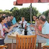 Un beau moment plein de convivialité autour de la table d'hôtes