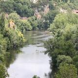 La rivière du Lot passe juste en dessous de Saint Cirq Lapopie