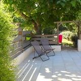Une partie de la terrasse du gite.