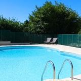 La piscine sous le soleil généreux du Quercy, Périgord noir.