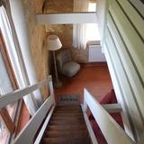Escalier avec mur vitré à gauche