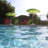 La piscine sécurisée et commune aux deux autres gites