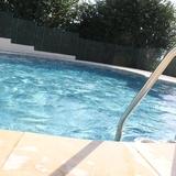 Détente au bord de la piscine clôturée et sécurisée
